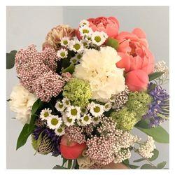 🌿Le bouquet du marché🌿  Chaque semaine ou deux fois par semaine, il vous est proposé sur le shop un bouquet différent crée selon l'inspiration du moment. •Retrouvez-le sur le shop en deux versions S et M #fleurs#flowers#bouquetdefleurs #livraisonadomicile