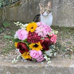 🌿Notre grand avril se pare de clochettes à l'occasion du 1er mai. En vente sur le shop Et merci à la mascotte Blossom poupouille d'avoir posé pour la photo😜🐱🌿 • • www.blossom-aix.com #muguet #1ermai #pivoines#fleurs#flowers