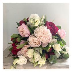 🌿Le bouquet du marché🌿 Il est composé de pivoines bien sûr, on en profite encore jusqu'à mi juin, de lisianthus blanc et d'eucalyptus. • • Retrouvez le sur le site dès aujourd'hui  www.blossom-aix.com Ou par téléphone: 06.19.02.68.88 #fleurs#flowers#pivoines#livraisonadomicile