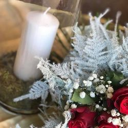 🎄•Tous nos bouquets de Noël sont livrés en réserve d'eau et accompagnés d'une pochette de petit parfums BASTIDE🎄  #aixenprovence #aixmaville #bastideofficial