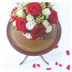 Boîte à chapeau 🎩  Piquée de roses rouges, roses blanches branchues et limonium jaune 🥰 lien dans la bio #flowers#valentinsday#soon#present#fleurs#roses#roserouge#blooms#petals#fleurs#aixmaville#provence#amour#love#aixenprovence#sud#france#marseille#paris#lyon#siteonline#soon#folie#beautiful#cute#