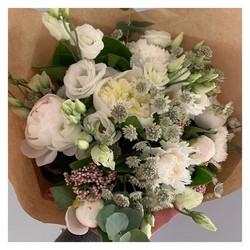 🌿Le bouquet de Sabine et Camille  À 29,90 euros🌿 •Commandes par messagerie insta ou au 06 19 02 68 88 en livraison aujourd'hui et ce week-end uniquement 🚚 #fleurs#bouquet#pivoines#livraisonadomicile